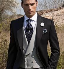 El color negro sigue dominando como tono principal en la compra del traje  de novio. Si bien es cierto que desde nuestras tiendas de trajes de novio  en ... 1fab7d8d9669